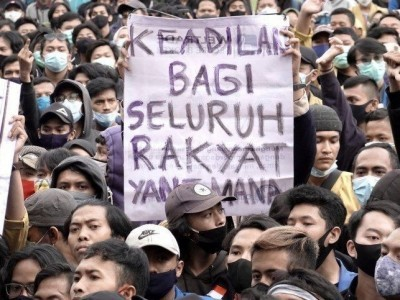 Hukum demonstran membakar foto presiden